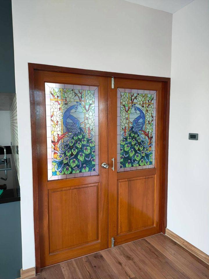 งานกระจกสีสเตนกลาส รูปนกยูง